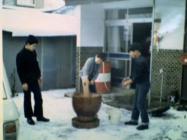 小学校時代の太素塚裏の玄関前で、今はなき歯医者の北村君と大田で餅つきした。