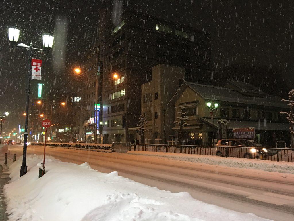 冬の東北、かた雪、キック、キック、キック